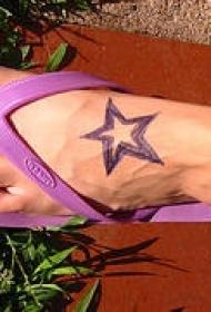 女性脚背紫色五角星纹身图案
