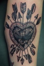 腿部复古风格的爱心与箭头纹身图案