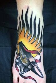 脚背彩绘铁砧与火纹身图案