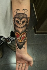 女性手臂彩色猫头鹰抱爱心纹身图案