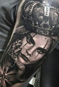手臂彩色逼真的女性肖像与皇冠和十字架纹身图案