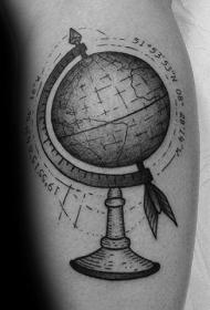 手臂灰色插画风格的地球仪纹身