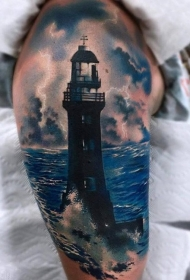 写实风格的肩膀灯塔和闪电纹身图案