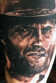 惊人的非常逼真的克林特·伊斯特伍德纹身图案