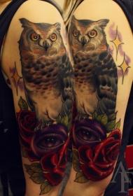 肩部彩色大猫头鹰与花朵纹身图案