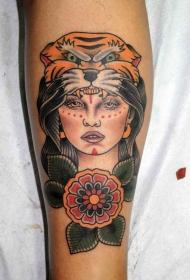 腿部老派风格的彩色女人与老虎头盔纹身