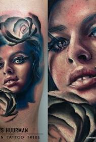 腿部彩色妇女肖像和玫瑰花纹身