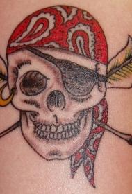 手臂彩色海盗头骨和交叉羽毛纹身