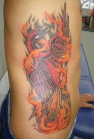腰侧彩色凤凰在火焰中的纹身图案