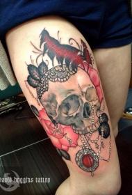女性腿部彩色珠宝和骷髅纹身图案
