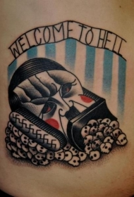 腹部老学校的风格面具字母纹身