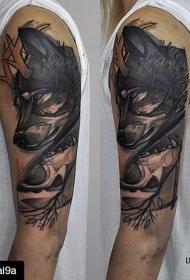 肩膀黑色雕刻风狼纹身图案