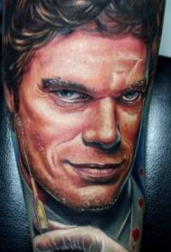 腿部逼真的德克斯特电影人物纹身