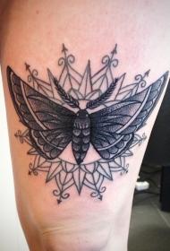 腿部黑色漂亮的飞蛾纹身图案