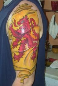 肩部彩色苏格兰红黄纹身图案