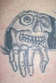 肩部黑白色骷髅撕皮纹身图案