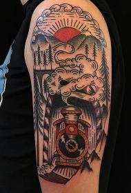 手臂老流派彩色旧火车与山区纹身图案