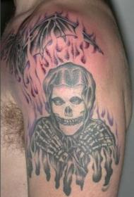 肩部黑灰骷髅架燃烧纹身图案