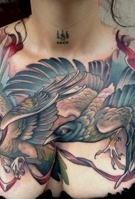胸部漂亮的彩色飞行鸟类纹身图案