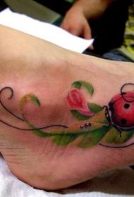 女性脚部彩色瓢虫纹身图案