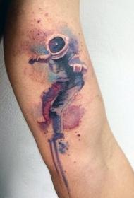 手臂上的水彩人物纹身图案