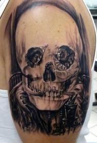 女性肩部黑白骷髅纹身图案