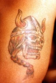 彩色海盗骷髅与头盔上的纹身图案
