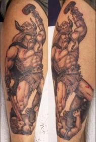 手臂强大的维京战士锤纹身图案