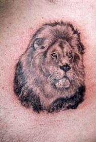 逼真的黑色墨水狮子头纹身图案