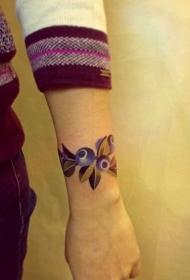 手腕上的水彩色蓝莓纹身图片
