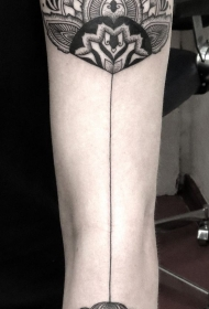 手臂黑色花图腾纹身图案