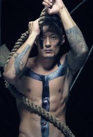 余文乐写真大片中的个性手臂纹身图案