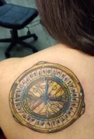 女性背上漂亮的黄金罗盘纹身图片