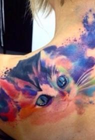 美丽女孩背上漂亮的水彩纹身图案