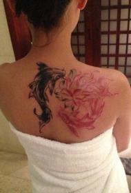 女生背部时尚的鲤鱼纹身图案