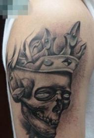 手臂一张带皇冠的骷髅纹身图案