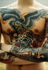 男性胸部霸气的大面积传统纹身动物图案纹身
