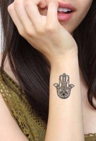 一组女孩子喜欢的法蒂玛之手纹身图案欣赏