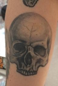 骷髅纹身 男生手臂上黑灰的骷髅纹身图片