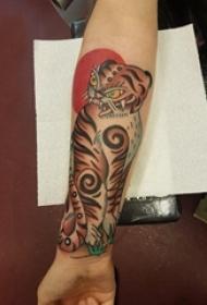 男生手臂上彩绘抽象线条小动物老虎纹身图片