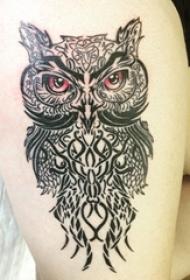 女生大腿上黑白小动物几何线条猫头鹰纹身图片