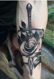 男生手臂上黑灰素描点刺技巧创意玫瑰匕首纹身图片