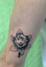 文艺花朵纹身 女生手臂上黑色的花朵纹身图片