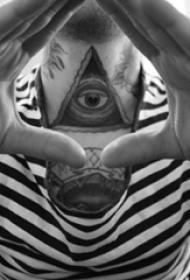 男生脖子上黑灰色几何线条眼睛纹身图片