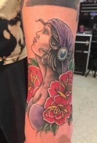 女生手臂上彩绘植物花朵和人物肖像吉普赛女孩纹身图片