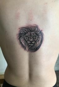 男生后背上黑色点刺简单抽象线条小动物狮子纹身图片