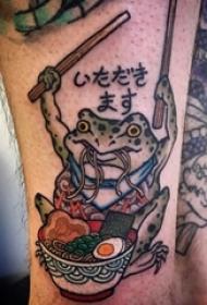 男生小腿上彩绘简单线条青蛙和食物纹身图片