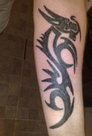 男生手臂上黑灰素描创意龙图腾纹身图片
