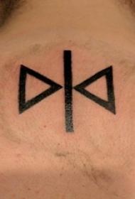男生背部黑色线条几何元素创意三角形纹身图片