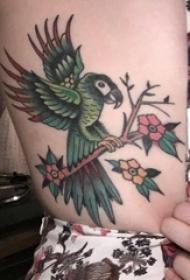 女生大腿上彩绘渐变简单线条植物花朵和鸟纹身图片